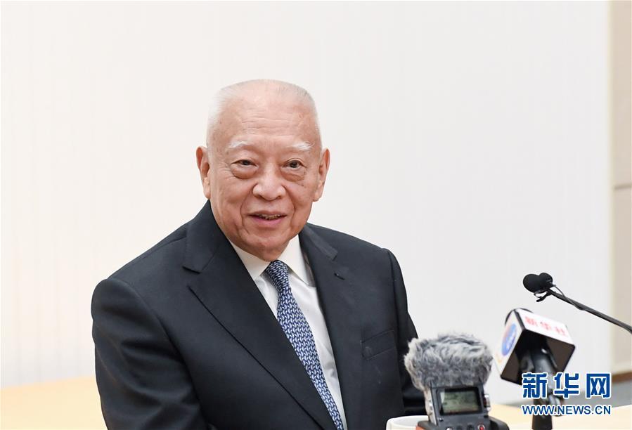 """这是董建华接受记者采访(5月24日摄)。 20年前,60岁的董建华出任香港特别行政区首任行政长官,成为""""一国两制""""在港实践的首位执行者。20年后回首往事,董建华毫不犹豫地说,""""一国两制""""在香港的实践毫无疑问取得了巨大成功。在香港回归祖国20年之际,董建华在港接受了新华社记者采访。对香港回归那历史性一刻,他记忆犹新,称之为""""人生最难忘的时刻""""。"""