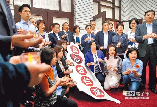 """台湾""""立法院""""昨晚继续挑灯夜战""""公务人员退休资遣抚恤法""""草案,国民党""""立委""""在议场外用烛光排出台湾形状,表达心声。"""