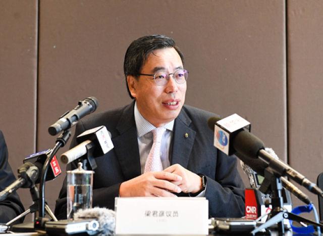 梁君彦在接受记者采访。新华社记者 陈晔华 摄