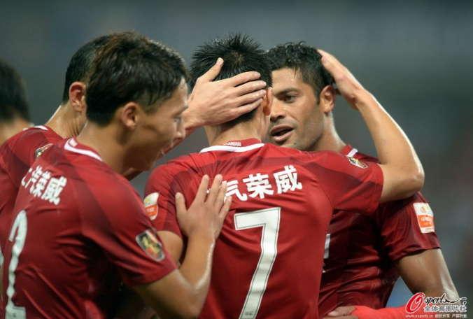 中超-上海上港4-1河南建业 武磊与队友庆祝进球