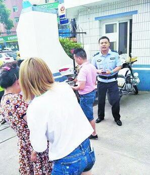 民警吴善庆联系急救车辆。