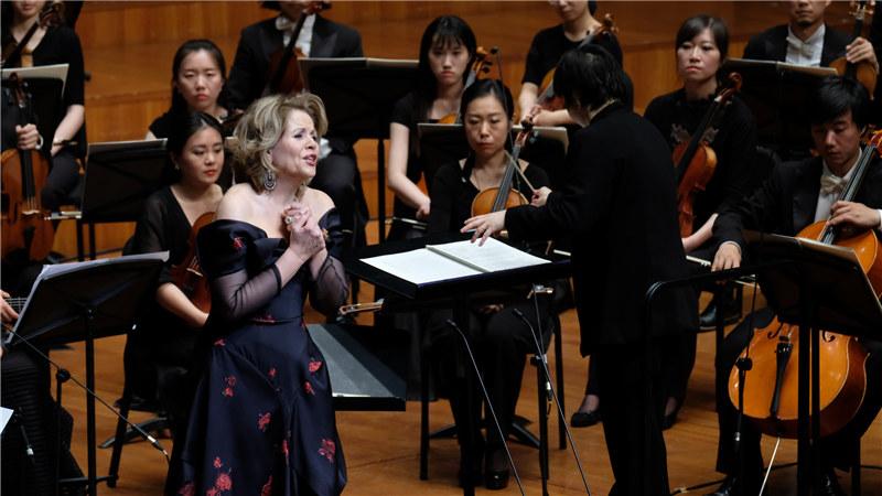 """世界著名女高音歌唱家弗莱明为大剧院观众奉献了一场名为""""天籁音诗""""的精彩音乐会 王小京/摄"""