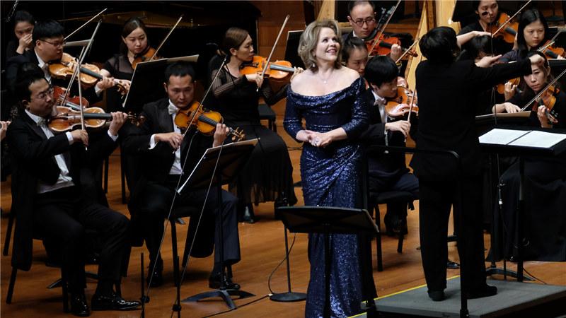 """""""国家大剧院管弦乐团出色的演奏技术与漂亮的音色给我留下了深刻的印象,与优秀这样的乐团以及指挥家合作感到愉快。"""" 王小京/摄"""