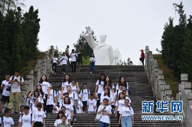 2016年9月12日,由厦门大学等福建高校传播学院学生和媒体青年记者组成的百人采访团在古田毛主席纪念园参观。(新华社记者林善传 摄)