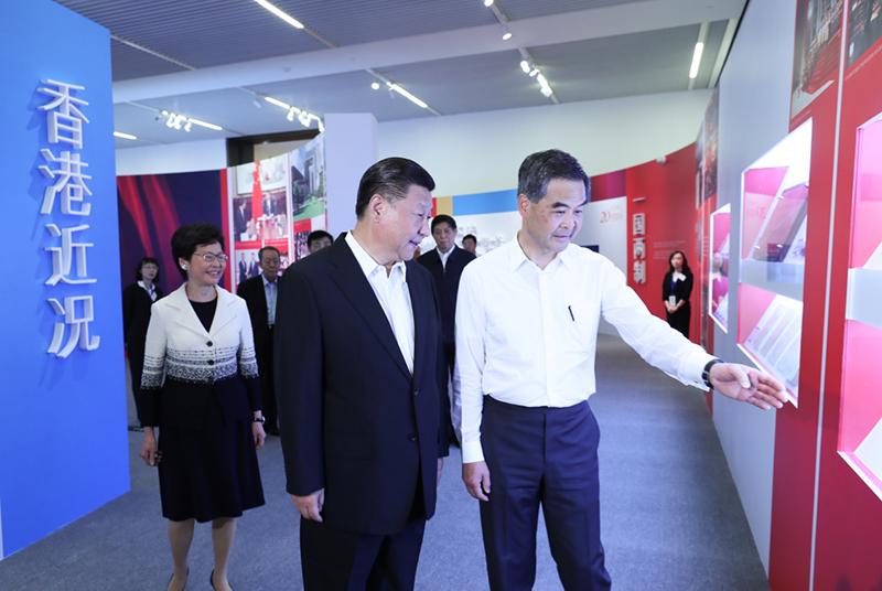 6月26日,中共中央总书记、国家主席、中央军委主席习近平在国家博物馆参观香港回归祖国20周年成就展。全国政协副主席、香港特别行政区行政长官梁振英等陪同参观。