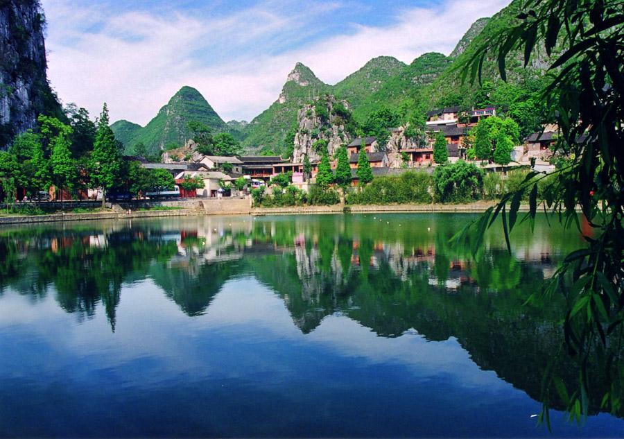 央视网消息 龙宫位于贵州省安顺市西秀区境内,距黄果树景区35