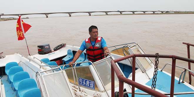 王金清在水上巡逻。图片来源:包头文明网