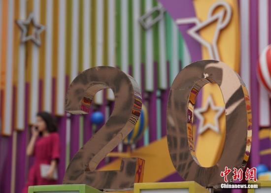 6月28日,北京王府井东方广场的一处庆祝香港回归20周年的装饰。7月1日,香港特别行政区政府将迎来成立20周年纪念。中新社记者 侯宇 摄
