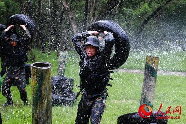 驻港部队特战队员苦练军事技能。(摄影:易定)