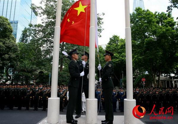 官兵举行升国旗仪式。(摄影:周汗青)
