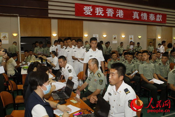 驻香港部队官兵参加无偿鲜血活动。