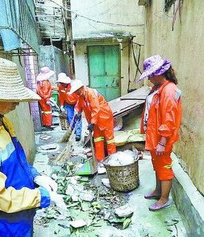环卫工人在清理背街小巷垃圾。