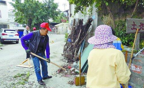 禾山街道办事处主任洪志彬参与湖里区环境卫生整治行动。