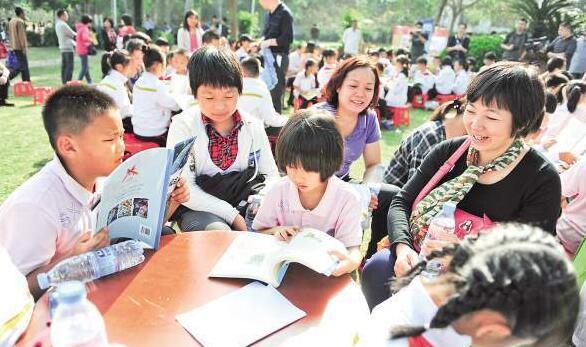 读书公园内,亲子读书氛围好。