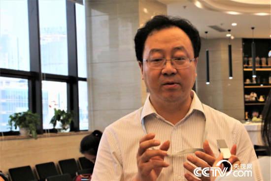 重庆咖啡交易中心监事会主席郑志。(央视网 记者何川摄)