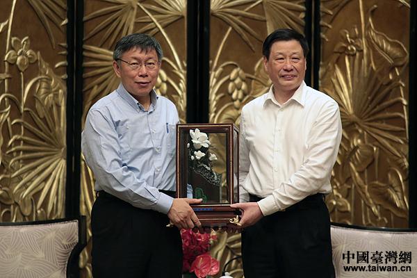 上海市长应勇向台北市长柯文哲赠送礼物。