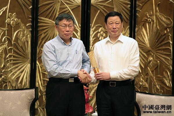 台北市长柯文哲向上海市长应勇赠送礼物。