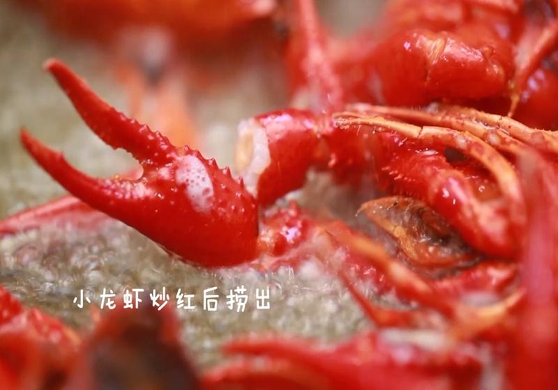 制作步骤:   1,准备食材;   3,锅里倒入适量油烧到5成热,下入小龙虾