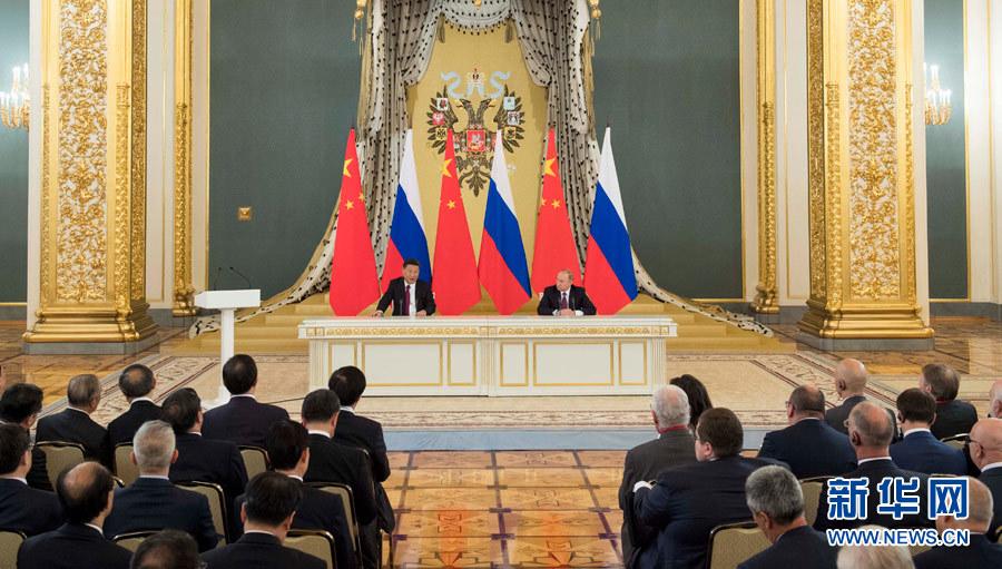 7月4日,国家主席习近平在莫斯科同俄罗斯总统普京共同会见中俄友好、和平与发展委员会,媒体和企业界代表。 新华社记者 李学仁 摄