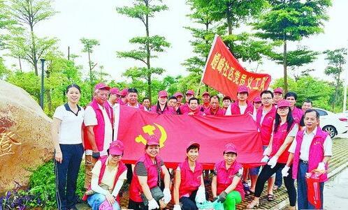 ▲党员义工队穿上红马甲,洁净家园,参与清理卫生死角。
