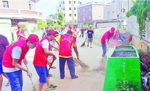 """▲志愿者参加""""庆七一,迎金砖""""洁净家园行动。"""