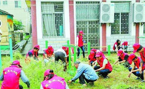 ▲党员义工队参与清理卫生死角。