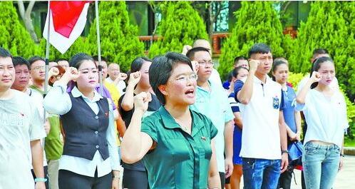 """一场主题为""""不忘初心,重温誓词""""的党日活动在""""英雄三岛""""战地观光园举行,大嶝街道党工委书记宋淑敏领誓。"""