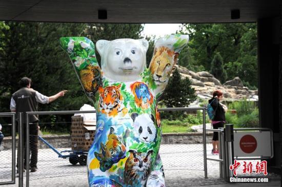 """图为7月4日,柏林动物园入口处的吉祥物""""柏林熊""""绘上了大熊猫的图案。中新社记者 彭大伟 摄"""