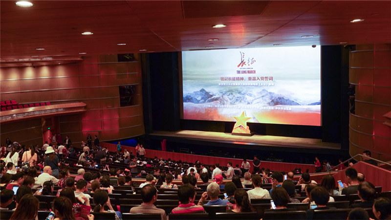7月1日上午和7月3日全天,近3000人将通过观看国家大剧院歌剧电影《长征》,重温革命历史,铭记长征精神。 王小京/摄