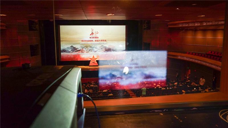 歌剧电影《长征》在拍摄过程中调用8台摄影机,配合鲜艳的色彩、超真实的音效,给观众带来良好的观影享受。 王小京/摄