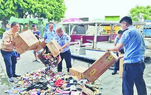 烟草稽查、城管执法人员做销毁假烟前的准备工作。