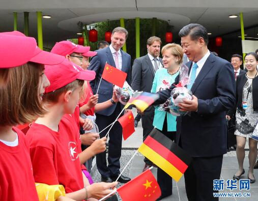 7月5日,国家主席习近平同德国总理默克尔共同出席柏林动物园大熊猫馆开馆仪式。这是习近平向现场的孩子们赠送大熊猫毛绒玩具。