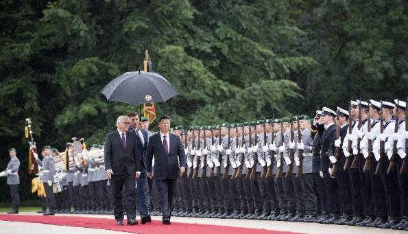 7月5日,国家主席习近平在柏林会见德国总统施泰因迈尔。会见前,施泰因迈尔在总统府花园为习近平举行隆重欢迎仪式。