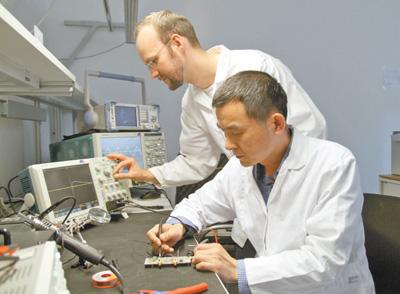 中德科学院在国家电网欧洲研究院的实验室内做测试。