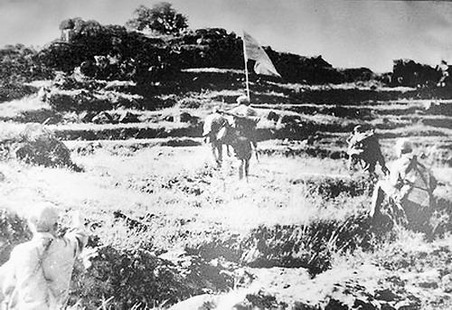解放军将旗帜插上殿前神山。(资料图)