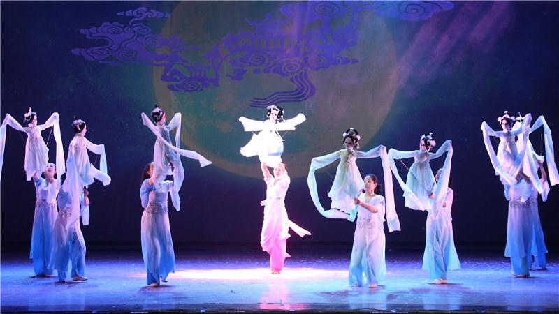 7月16至17日,江苏省木偶剧团《嫦娥奔月》即将亮相,以传统木偶剧的形式上演一段中国的古老传说。