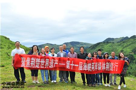 者通过镜头向观众介绍瑰丽的神农架景色。(中国台湾网 吴晓寒 摄)
