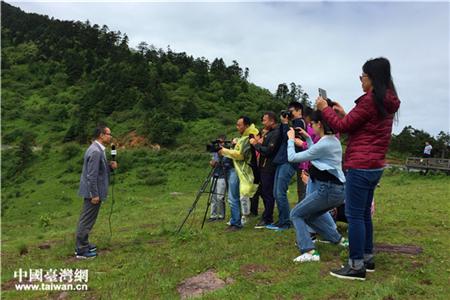 记者通过镜头向观众介绍瑰丽的神农架景色。(中国台湾网 吴晓寒 摄)