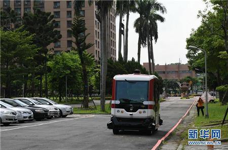 7月10日,无人驾驶巴士在台湾大学水源校区内行驶。