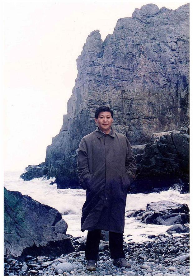 上世纪90年代初,习近平总书记(时任福州市委书记)在平潭调研。(资料图片)