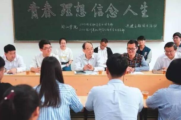 ↑↑↑2017年5月3日,省委书记尤权赴闽江学院,参加大学生团支部主题活动,与青年学子亲切座谈。
