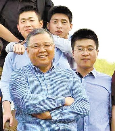 黄大年(左一)与学生外出徒步(资料照片)