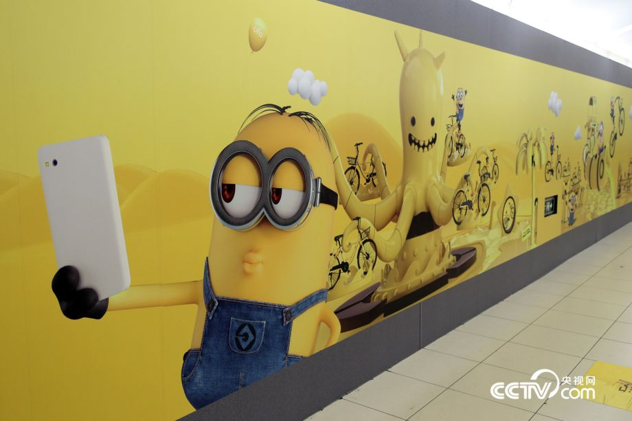 The global minion invasion continues to sweep Beijing, with a record-breakingly long 60-meter minion Ofo advertisement occupying Guomao subway station. This is good news for people living in Beijing, especially those who enjoy taking pictures.