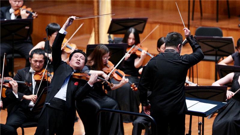 """著名小提琴演奏家吕思清为""""漫步经典""""助阵,带来了巴伯脍炙人口的《小提琴协奏曲》牛小北/摄"""