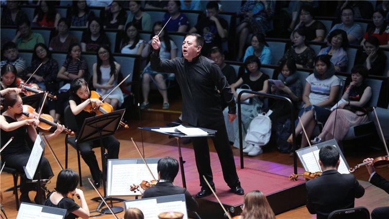 吕嘉执棒国家大剧院管弦乐团,带领观众踏入五光十色的幻想世界牛小北/摄