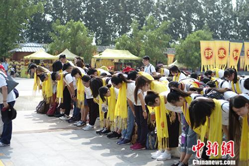 """7月23日,""""情系青春两岸青年中原行""""来到位于河南新郑的黄帝故里,百位两岸大学生在黄帝像前祭祖。"""