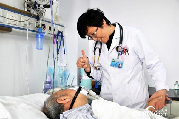 王英为患者点赞,鼓励患者战胜病魔
