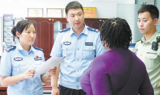 出入境民警核对外国人身份信息