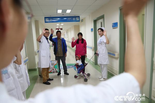 出院时与医务人员挥手告别 符圣杰摄