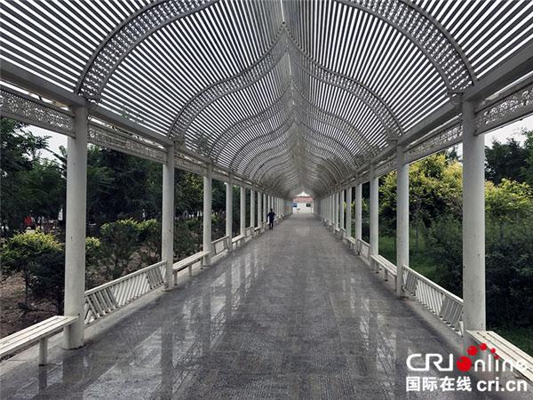 原隆村里极富少数民族特色的休闲长廊